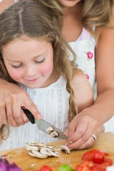 Tochter schneiden pilze