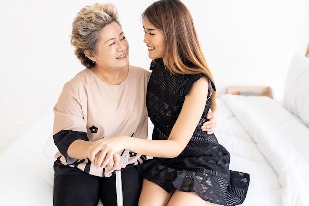 Tochter umarmt ältere mutter