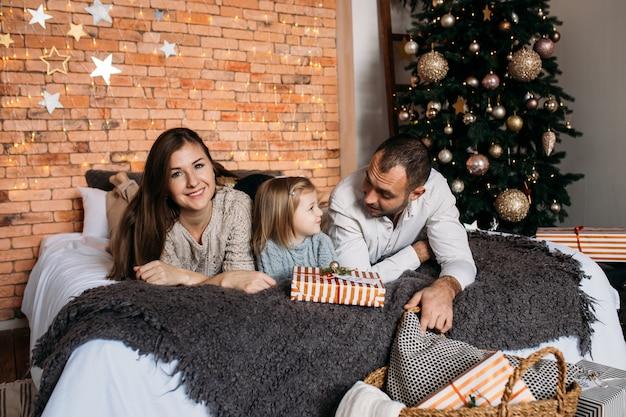 Tochter und eltern tauschen weihnachtsgeschenke aus