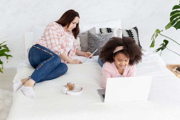 Tochter und mutter arbeiten von zu hause aus zusammen