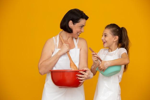 Tochter und mutter bereiten ein rezept vor