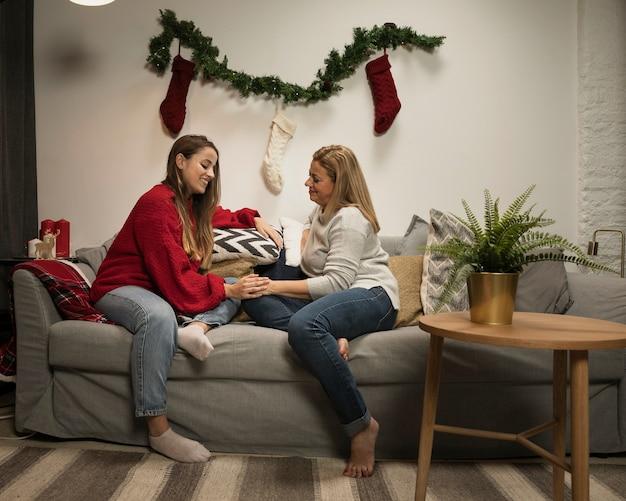 Tochter und mutter, die weihnachten feiern