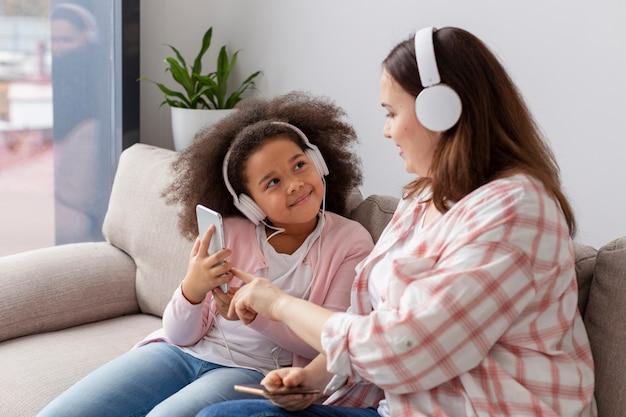 Tochter und mutter hören zusammen musik
