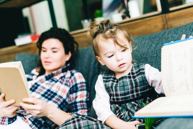 Tochter und mutter lesen bücher