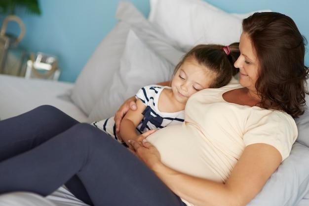 Tochter und mutter warten auf das baby