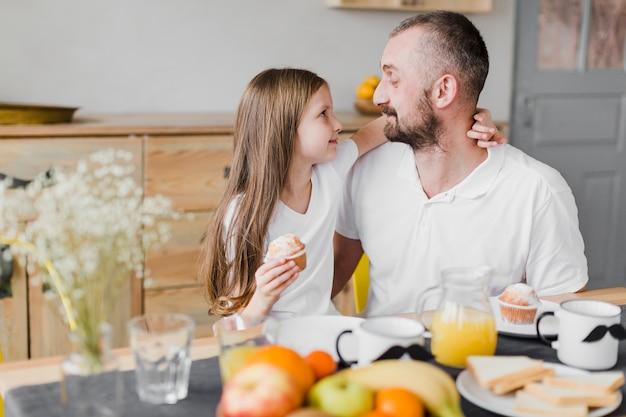 Tochter und vater beim frühstück am vatertag