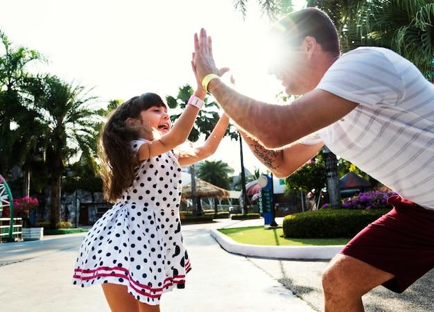 Tochter und vater machen einen high five
