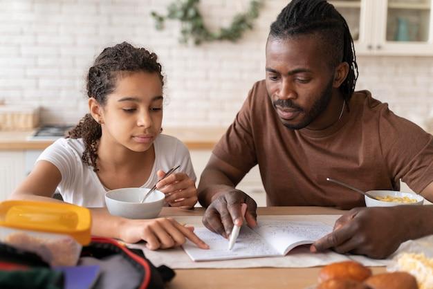 Tochter und vater machen hausaufgaben