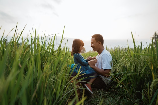 Tochter und vater verbinden sich im freien genießen
