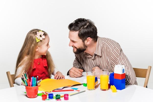 Tochter und vater zeichnen zusammen