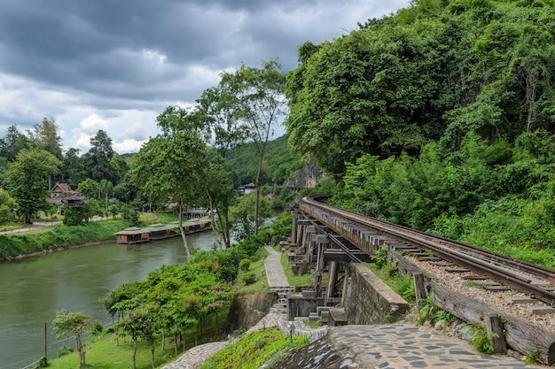 Todesbahn im zweiten weltkrieg am fluss kwai in kanchanaburi, thailand