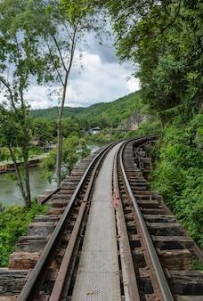 Todeseisenbahn in kanchanaburi thailand. eisenbahn wurde während des zweiten weltkriegs gebaut