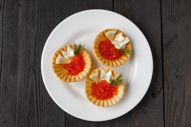 Törtchen mit käse und rotem kaviar. selektiver fokus