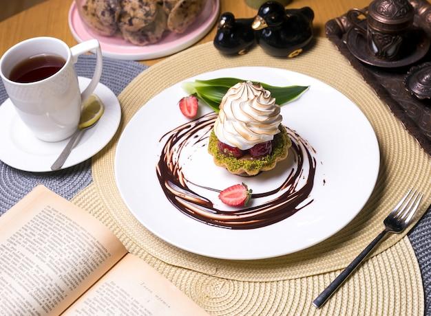 Törtchen mit pistazien erdbeercreme schokoladentee seitenansicht