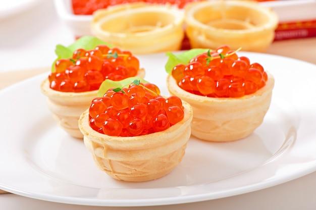 Törtchen mit rotem kaviar