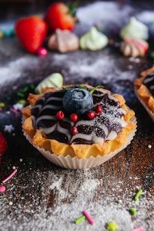 Törtchenkuchen mit mousse und schokolade