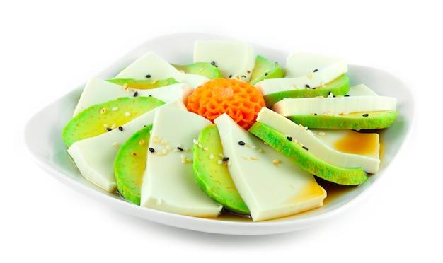 Tofu-avocado-salat mit sojasauce nach japanischer art auf sesam verziert geschnitzte karottenblütenform