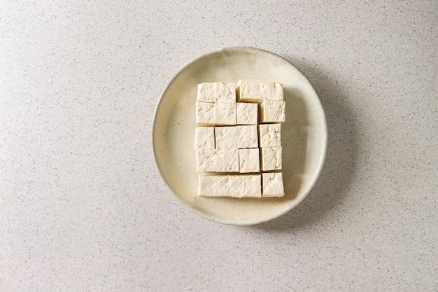 Tofu-käse schneiden