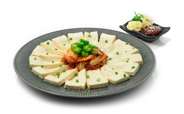 Tofu kimchi auf green chili serviert kochujang chili sauce und knoblauch