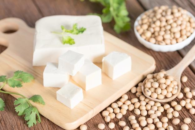 Tofu mit sojabohne.