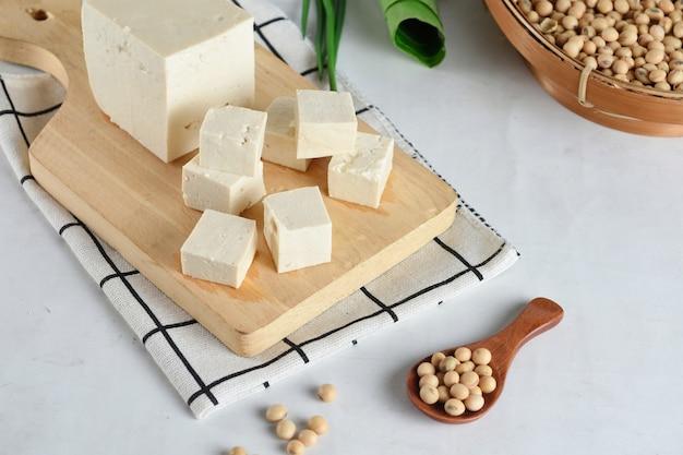 Tofu mit sojabohnen auf holzbrett