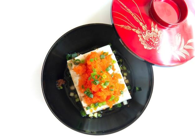 Tofu nach japanischer art mit tobiko-ei und frühlingszwiebeln