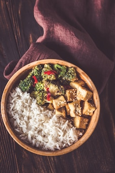 Tofu und brokkoli mit weißem reis anbraten