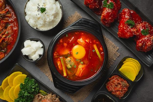 Tofu und eigelb in scharfer suppe gekocht