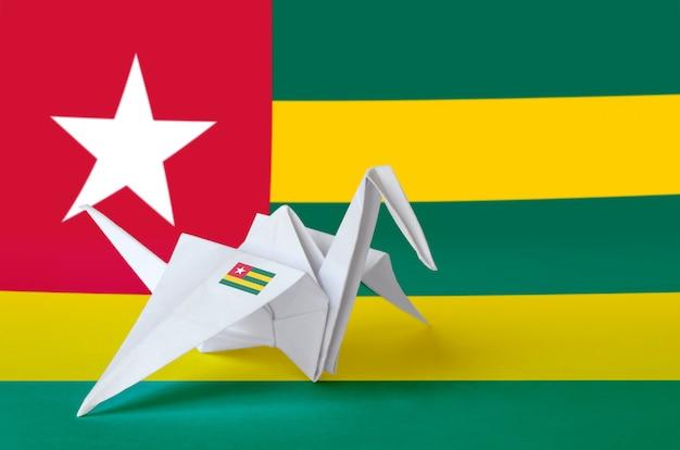 Togo flagge auf papier origami kranflügel dargestellt. handgemachtes kunstkonzept