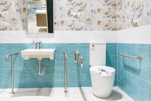 Toilette für ältere menschen und behinderte zur unterstützung des körpers und zum schutz vor rutschen.