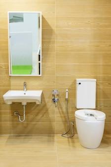 Toilette für ältere und behinderte menschen. doppelseitiger griff zur unterstützung des körpers und zum schutz vor rutschgefahr.