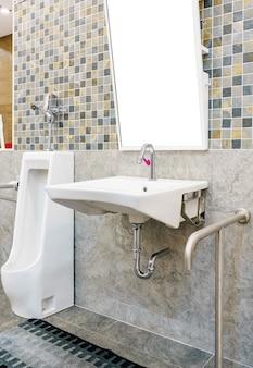 Toilette für senioren und behinderte. sicherheit öffentliche toilette.