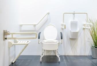 Toilette für ältere Menschen und Behinderte zur Unterstützung des Körpers und zum Schutz vor Rutschen