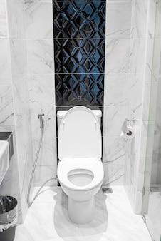 Toilette im badezimmer spülen