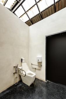 Toilette mit freundlichem design für menschen mit behinderungen