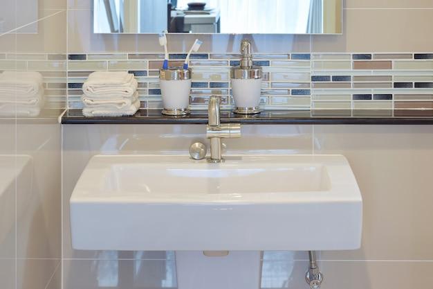 Toilette und zubehör mit mosaikwand