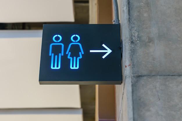 Toiletten-symbol. leuchtkasten des allgemeinen toilettenzeichens auf die oberseite des eingangs
