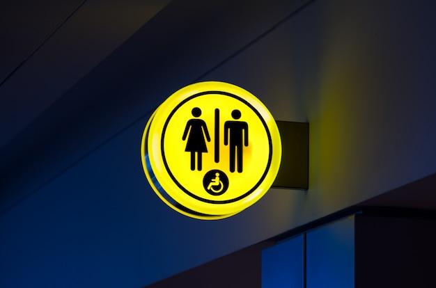 Toiletten, wc-symbol für frau, männer. weibliche, männliche öffentliche toilettenzeichen