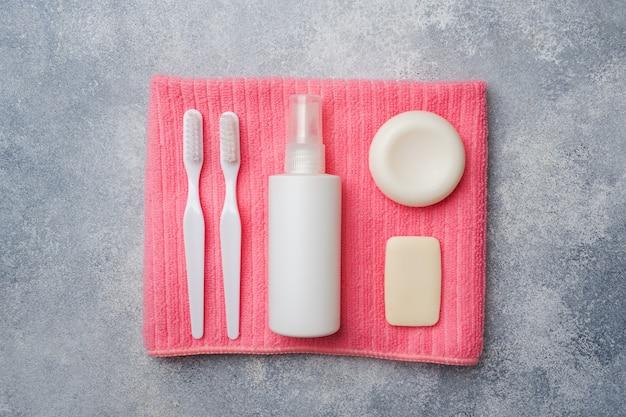 Toilettenartikel, zahnbürste seifencreme und handtuch