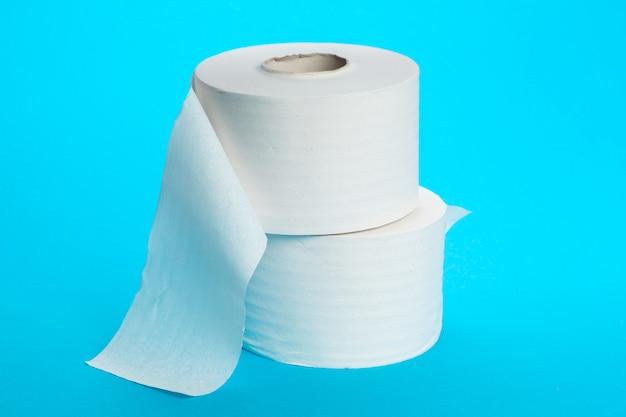 Toilettenpapier abrollen