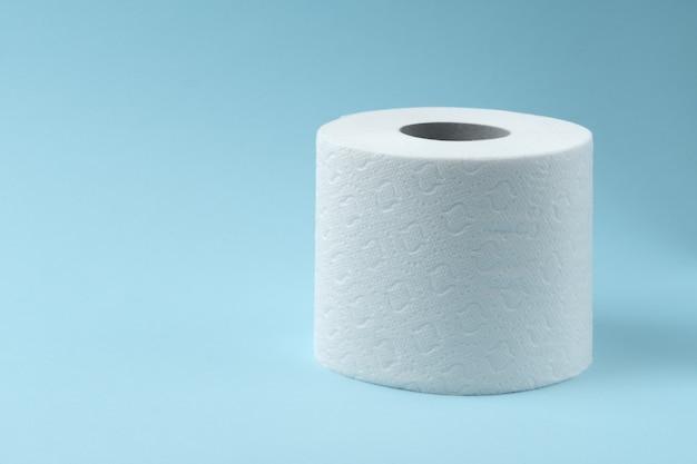 Toilettenpapier auf blau