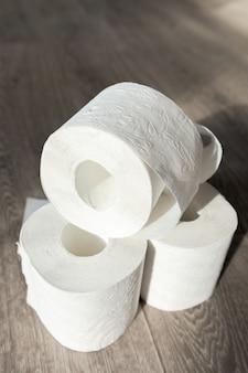 Toilettenpapier auf hölzerner tabelle