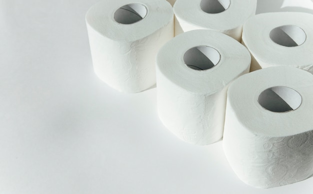 Toilettenpapier auf weißem hintergrund