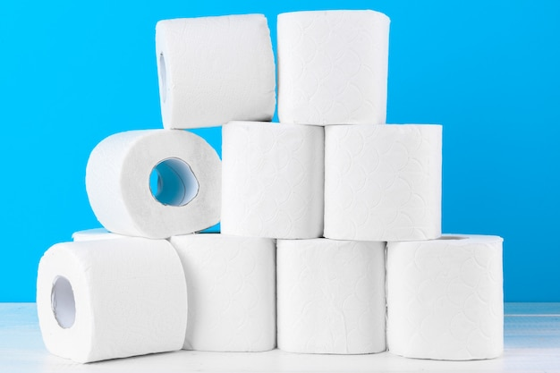 Toilettenpapier. close up schuss auf blauem hintergrund