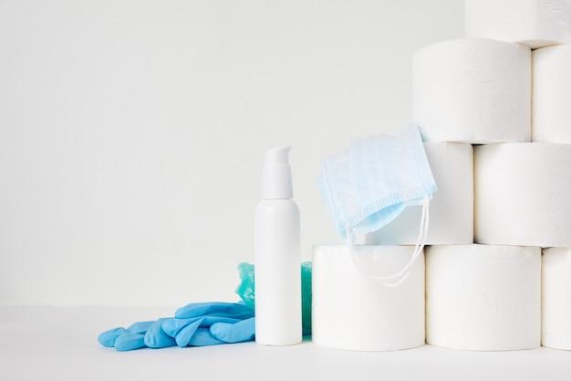 Toilettenpapier, händedesinfektionsmittel und medizinische maske. die panik der coronavirus-epidemie