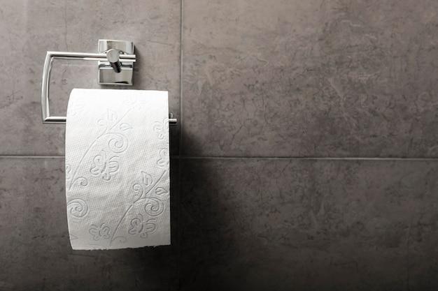 Toilettenpapier im badezimmer mit kopierraum