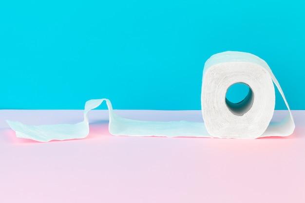 Toilettenpapier in der tabelle. reinigungskonzept produkt