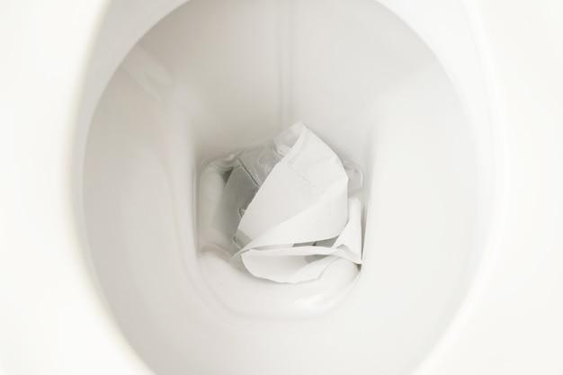 Toilettenpapier in der toilettenspülung zu hause.