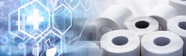 Toilettenpapier in einer rolle. schneeweißes weiches dreilagiges toilettenpapier. mangel an hygieneprodukten. primärschutz und desinfektion.