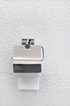 Toilettenpapier in luxus-chrom, luxus-badezimmer-inneneinrichtung, leerzeichen für die platzierung von informationen